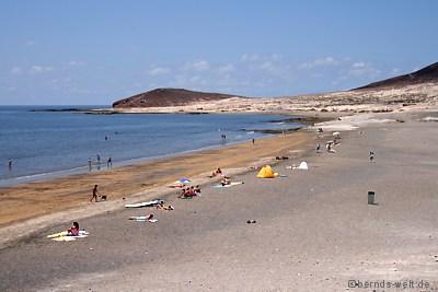 Das bild rechts zeigt den ausgang vom poolbereich direkt zum strand